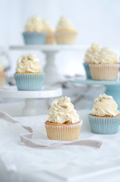 Louise´s Spis: Very Vanilla Cupcakes with Vanilla Swiss Meringue Buttercream and Vanilla Syrup (Vaniljcupcakes med Vaniljmarängsmörkräm och Vaniljsirap)
