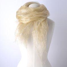 【LORITA】一本一本が見える上質なシルクの生地を2枚重ね合わた中に、  キラキラと光るシルバーの糸を挟み込んでアクセントにしたストール。
