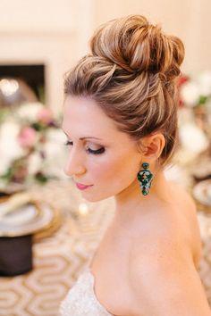 Si tienes el #cabello largo puedes crear un romántico peinado de chongo alto con aspecto muy natural. #Hair #Wedding #Ideas
