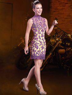 Vestido de 15 anos curto-longo cava americana; Vestido curto com forro nude, com sobreposição de tule com aplicações de renda, bordadas com chatons; Saia rodada removível de tule com cinto fixo, bordado com paetês roxo e chatons furta cor.