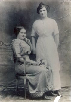 This photo of Katie Gilnagh (seated) and her sister Mary Boshell was taken after Gilnagh survived the sinking of the Titanic. Katie's mother in Ireland would not believe that Katie survived unless she saw a photo of her with Mary (who was already living i Rms Titanic, Titanic Photos, Titanic Ship, Titanic History, Ancient History, Titanic Wreck, Titanic Movie, Belfast, Rare Photos