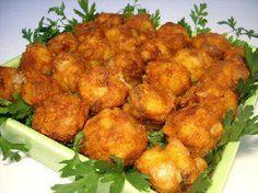 - Laver bien les pommes de terre et mettre-les avec leur peau dans une cocotte d'eau salé, ajouter le poulet, assaisonner de poivre et l'ail en poudre, laisser cuire à couvert pendant 30 minutes, égoutter-les dans une passoire.   - Couper le blanc de poulet en petits morceaux.   - Éplucher les pommes de terre et écraser-les avec une fourchette.   - Dans un saladier casser l'œuf et battre-le à la fourchette, assaisonner de sel, poivre, l'ail en poudre, bien mélanger, ajouter les morceaux de…