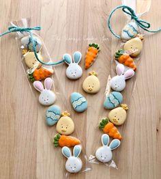 "𝐓𝐡𝐞 𝐕𝐢𝐧𝐭𝐚𝐠𝐞 𝐂𝐨𝐨𝐤𝐢𝐞 𝐉𝐚𝐫 (𝐍𝐚𝐨𝐦𝐢) on Instagram: ""🌸 Easter Mini's! 🌸 Bunny & Chick Cutter Designs by The Vintage Cookie Jar . . #eastercookies #easter #eastersugarcookies #cookieart…"" Mini Cookies, Flower Cookies, Iced Cookies, Easter Cookies, Cupcake Cookies, Sugar Cookie Icing, Royal Icing Cookies, Vintage Cookies, Cookie Designs"