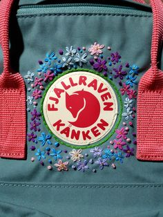 Love the idea of embroidering around the Kanken logo. Cute Embroidery, Embroidery Stitches, Embroidery Patterns, Mochila Kanken, Kanken Backpack, Diy Backpack, Kleidung Design, Diy Clothes, Sewing Clothes