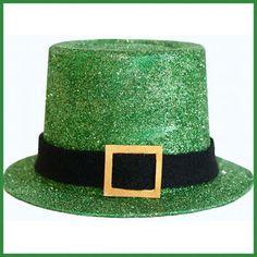 il peut aussi être fait avec une grosse boite de conserve peinte en vert. Avec un contenant de yaourt de 0.5 L on peut faire ce beau chapeau de leprechaun.Ou si vous préférez, donnez-lui une autre couleur et faites un chapeau pour n'importe quelle occasion.