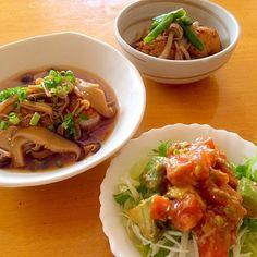先週作って投稿しようか迷ってた夕ご飯です^_^; 何度もリピしてるアボサーモンユッケ風をサラダ仕立てに♪ 野菜が高くてレタスの代わりにキャベツ、水菜、玉ねぎのスライスを下に敷いて頂きました。アボカド見ると作りたくなっちゃうレシピ! ナナさん お世話になってます(o^^o)  •アボカドとサーモンのユッケ風サラダ •きのこあんで見えないハンバーグ •筍とミニがんもの煮物 - 194件のもぐもぐ - nanaさんの料理 我が家の定番❀アボカドとサーモンのユッケ風 by mikio64