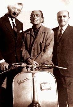 Salvador Dali with a Vespa Piaggio Scooter, Moto Scooter, Vespa Ape, Vespa Scooters, Scooter Garage, Classic Vespa, Italian Scooter, Vespa Girl, Cool Bicycles