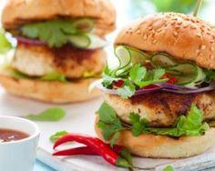 Burger thaÏ au poulet, poivron, concombre et coriandre : http://www.fourchette-et-bikini.fr/recettes/recettes-minceur/burger-thai-au-poulet-poivron-concombre-et-coriandre.html