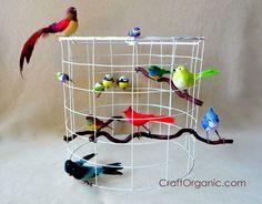 Mit etwas Geschick könnt ihr aus Draht, einem alten Lampenschirm und ein paar bunt gefederten Vögeln, eine tolle Lampe selber machen.