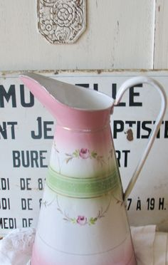 Lovely enamelware pitcher. Prachtige roze emaille waterkan lampetkan Vintage Enamelware, Vintage Tins, Tole Painting, Beautiful Kitchens, Decoration, Pink And Green, Antiques, Enamel Ware, Cups