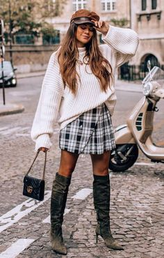 Great fall / outfit hat white oversized sweater bag pleated skirt over knee boots Fall Outfits For Teen Girls, Fall Outfits For Work, Cute Fall Outfits, Outfits With Hats, Mom Outfits, Sweater Outfits, Summer Outfits, White Oversized Sweater, Casual Chic Summer