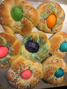 This is an amazing, delicious and FUN Easter tradition – Italian Easter bread!   http://www.greenkidcrafts.com/italian-easter-bread/