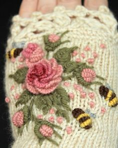 Ivory Knitted Fingerless Gloves With Roses Rose Pastel Pink Knitting Designs, Knitting Stitches, Knitting Projects, Crochet Projects, Hand Knitting, Knitting Patterns, Crochet Patterns, Fingerless Gloves Knitted, Crochet Gloves