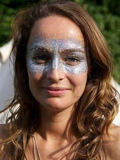 Risultato della ricerca immagini di Google per http://www.cosmopolitan.co.uk/cm/cosmopolitanuk/images/Qf/31-140812-festival-make-up-wilderness-glitter-mask-de.jpg