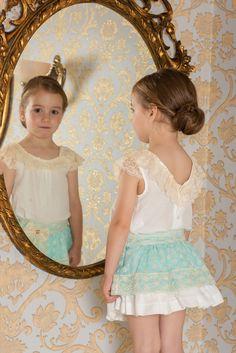 17beb747e Conjunto para niña compuesto por blusa blanca con manga volante y cuello de  puntilla beige que