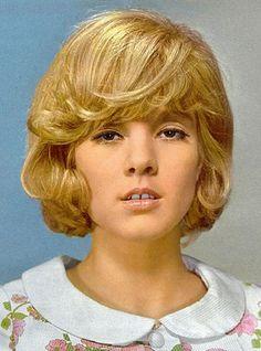 Sylvie Vartan Sixties Hair, 70s Hair, Johnny Haliday, Gradient Lips, Vartan Sylvie, 60s Makeup, French Pop, Gap Teeth, Francoise Hardy