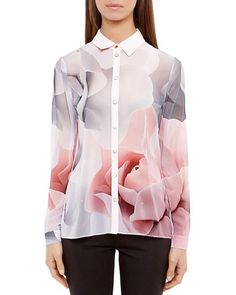 Everything's coming up roses on this silky blouse from Ted Baker. Embellished with an ethereal floral print, this femmed-up style softens work looks with the Brit label's signature savoir faire. | Pol