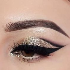 #glitter gold and black #eyemakeup @stylexpert #GlitterDecorations