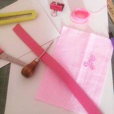 Tons de rosa. 💕 Adoro! Vamos papelar? 😊    #papelaria #tecido #rosapoá #couro #linhaencerrada #encadernaçãomanualartística #produzindofelicidade #feitoàmão #produtosforadesérie #elo7br