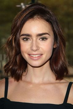 Lily Collins at the 2016 Rules Do Not Apply luncheon. Lily Collins Short Hair, Lily Collins Haircut, Medium Hair Styles, Curly Hair Styles, Corte Y Color, Celebrity Beauty, Little Girl Hairstyles, Shiny Hair, Celebrity Hairstyles