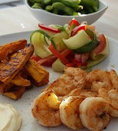 Heerlijk frieten van zoete aardappel met gemarineerde garnalen, sojabonen en een frisse salade. Koolhydraatarm en lekker comfort food.