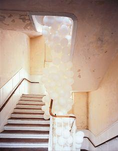 Falling white balloons down the staircase. Home Design, Interior Design, Love Balloon, Balloon Tower, Perfect Day, White Balloons, Heart Balloons, Balloon Clouds, Wedding Balloons