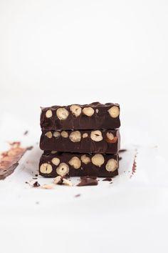 Hacer turrón de chocolate vegano casero es muy fácil, está delicioso y sólo se necesitan 3 ingredientes: chocolate negro, avellanas y aceite de coco.