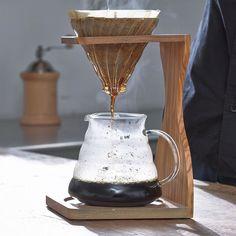 Tercer método de extracción manual de café aquí se lo presentamos HARIO V60 es una cafetera personal de bajo costo capaz de entregar un café muy fino.  Permite una extracción con mucho contacto con el aire al contrario que él Aeropress.  Sus espirales levantados y el espacio abierto en el cono invertido permiten que el aire se contacte con el grano y el agua durante toda la extracción.  Disfrutarás de un cafe limpio y puro.  Es muy recomendado para los cafés más aromáticos  #hario #v60…