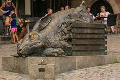 Bronze Skulptur des Dürerhasen in Nürnberg. Kaiser, Kirchen, Lion Sculpture, Bronze, Statue, Old Town, Sculptures, Sculpture
