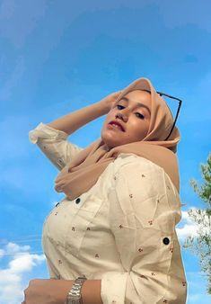 Arab Girls Hijab, Girl Hijab, Christian Bridal Saree, Beautiful Hijab, Hijab Fashion, Shark, Hollywood, Nude, Hot