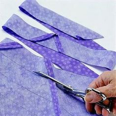 If youre binding around curved edges, youll want to cut your binding strips on the bias. Here are two ways to create bias binding strips. make your own bias binding Create continous binding strips from a square of fabric Slanting of the Quilt Binding Tutorial, Sewing Binding, Bias Binding, Smocking Tutorial, Sewing Basics, Sewing Hacks, Sewing Crafts, Sewing Tips, Quilting Tutorials