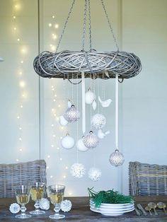 couronne Avent suspendue de style scandinave à faire soi-même en brindilles et décorée de boules de Noël blanches et pailletées