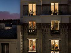La vida darrere una finestra #tallerdescriptura Voyeuristic Photos Capture Intimate Scenes Through Apartment Windows in Paris - My Modern Met