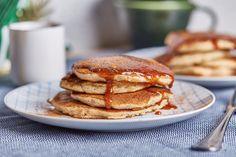 Szerintem a világ egyik legjobb dolga a palacsinta. Legyen az francia crêpe Suzette narancsos szirupban, vagy egy lekváros, klasszik, magyar palacsinta, vagy egy pufi amerikai változat. Ez leginkább az amcsi verzióra hasonlít, kicsit habosabb, sok-sok reszelt almával és egy jó nagy adag karamellszósszal! Muffin, Pancakes, Breakfast, Food, Street, France, Caramel, Meal, Pancake