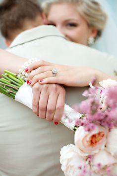 anneau + bouquet + clin d'oeil dans la dos du marié