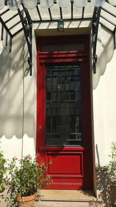 Una porta rossa sulle alture di Parigi, pizzo di luce sulle mie mani.  Ph Sara Rania per Parigi da Scoprire #parigidascoprire Parigi🗼#wowshot #city_explore #visitparis #photooftheday #pariscityvision #photo #Parisphotos #TopParisPhoto #photos  #exclusivefrance #igersparis #gf_france #parisiloveyou #visitparis #topfrancephoto #passionpassport #parismaville #parisjetaime #tripadvisor #paristourisme #parisweloveyou🇫🇷  #ig_europe #igs_europe  #travelawesome #travelphoto  #巴黎 #Париж #باريس