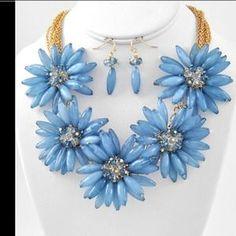 Gorgeous blue floral arrangement necklace set