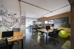 osmose coworking | Casa100 Industrial Office Space, Office Space Decor, Workspace Design, Office Workspace, Agency Office, Workspace Inspiration, Coworking Space, Commercial Design, Office Interiors
