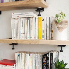 L'accroche murale BRACKET est un système de fixation hybridequi permet de créer:   une étagèreou une table de chevet avec une large variété de plateaux ou  un bar, un plan de travail,un mange-deboutou un standing-desklorsqu'elle est combinée aux pieds TIPTOE (75cm / 90cm / 110cm).  UN PROJET DEBAR OU MANGE-DEBOUT? >> Combinez BRACKET à nos pieds de 110cm  VOUS CHERCHEZUN PLAN DE TRAVAIL? >> Combinez BRACKET à nos pieds de 90cm  UN BUREAU OU UNE TABLE FIX...