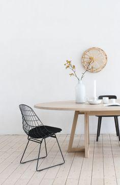 Minimalistisches Esszimmer  mit Holztisch und Stühlen von Pastoe