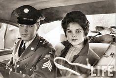 ♡♥On March sergeant Elvis Presley 25 years old is with 14 year old Priscilla Beaulieu in the back seat of a car on the day Elvis Presley left Wiesbaden,Germany to go back to the United States♥♡ Elvis Presley Army, Elvis Presley Family, Elvis Presley Photos, Elvis And Me, Elvis And Priscilla, Lisa Marie Presley, Stars Du Rock, Freddy Rodriguez, Young Elvis