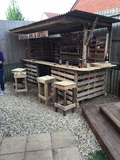 Gorgeous Low cost Pallet Bar DIY Ideas for Your Home! Plans DIY Outdoor Counter Ideas Stools How To Build A How To Make A Instructions Easy Wood Cart With Lights Basement Top Shelf Table Signs Indoor Tiki L Shaped Small Backyard Wall With Cooler Wedding S Old Pallets, Recycled Pallets, Wooden Pallets, Diy Bar, Bar Pallet, Pallet Tables, Outdoor Pallet Bar, Pallet Wood, Pallet Patio
