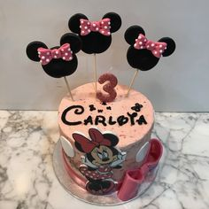 Tarta buttercream Minnie Mouse. Buttercream Cake, Minnie Mouse, Birthday Cake, Desserts, Food, Fondant Cakes, Lolly Cake, Candy Stations, One Year Birthday