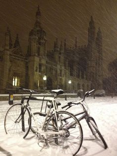 Cambridge University in the snow I Love Winter, Winter Time, Hogwarts, Madrid, Old Money, The Secret History, Winter Christmas, Winter Wonderland, Light In The Dark