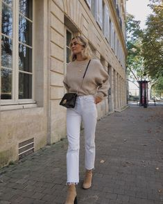 Herbst Outfit Winter Outfit Strickwaren Pullover Pullover neutral nackt Stiefel … Autumn outfit winter outfit knitwear pullover sweater neutral naked boots white jeans streets So Beige Outfit, Zara Outfit, Outfit Jeans, Neutral Outfit, Cream Jeans Outfit, Neutral Boots, White Pants Outfit, Booties Outfit, Jean Outfits