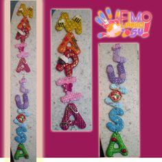 nome realizzato in fimo con colori e decorazioni personalizzate Clay Design, Pasta Flexible, Biscuit, Alphabet, Polymer Clay, Letters, Wreaths, Names, Craft