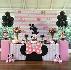 Celebrate your birthday with a some adorable Minnie Mouse ideas! Does your little sweetheart love Minnie Mouse? Decoration Minnie, Minnie Mouse Birthday Decorations, Minnie Mouse Theme Party, Minnie Mouse First Birthday, Minnie Mouse Baby Shower, Minnie Mouse Pink, Mickey Party, Mickey Mouse Birthday, Mouse Parties