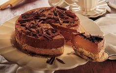 Islagkage med nøddebund er en opskrift der giver en isdessert, som har det hele. Fantastisk nøddebund, hjemmelavet chokoladeis og chokoladetopping. Glæd dig!