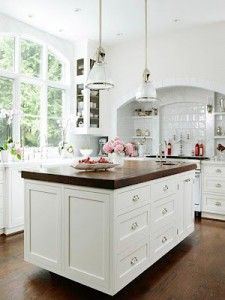 White colored kitchen with decorative accessories could be very pleasing and raise your mood every morning when you come to make a cup of tea. This kitchen in Southern Carolina its shows a fresh fell on standard coastal design.