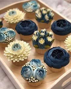Flores Buttercream, Piping Buttercream, Buttercream Cupcakes, Baking Cupcakes, Navy Cupcakes, Cake Fondant, Vanilla Buttercream, Buttercream Flowers Tutorial, Elegant Cupcakes